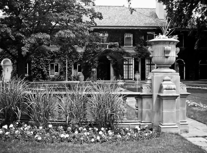 1024px Glendon manor 2