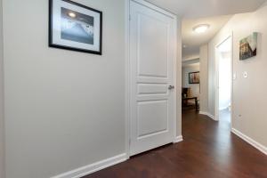 140 simcoe street hallway