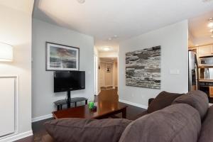 140 simcoe street living : hallway