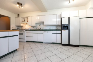 1900 sheppard avenue east kitchen 01