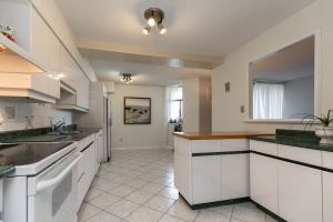 1900 sheppard avenue east kitchen 02