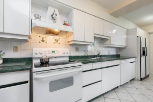 1900 sheppard avenue east kitchen 04