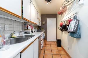 250 jarvis street #905 kitchen