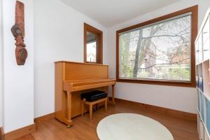 104 marion street living room 02