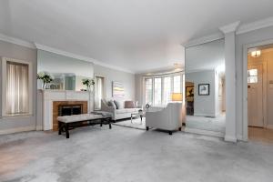11 walmsley boulevard living room 01