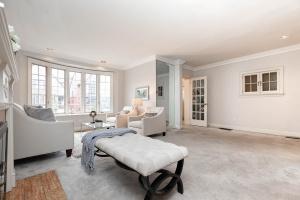 11 walmsley boulevard living room 02
