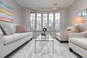 11 walmsley boulevard living room 06