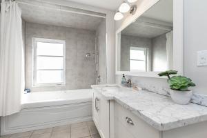124leacrestrd_bathroom (1)