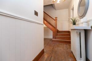15 hewitt avenue hallway 01