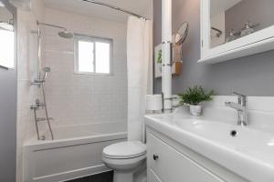 17sorauren_bathroom