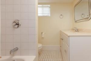 25 glebeholme boulevard bathroom 2