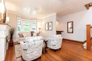 25 glebeholme boulevard living room 3
