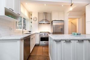 421 glenlake avenue kitchen 01