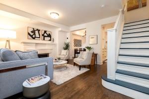 421 glenlake avenue living room 01