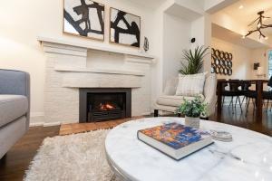421 glenlake avenue living room 06