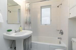 98 saint hubert avenue bathroom