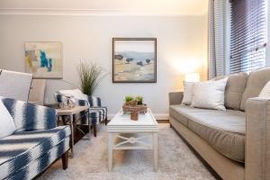 98 saint hubert avenue living room 02